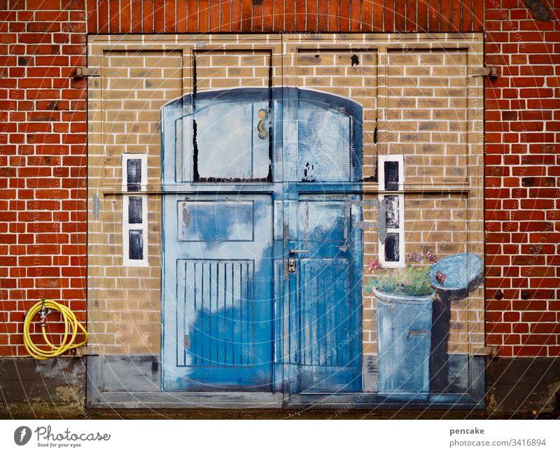 kunst am bau | illusion und wirklichkeit Tor alt Garagentor Bemalung Backsteinmauer Illusion Wirklichkeit Gemälde