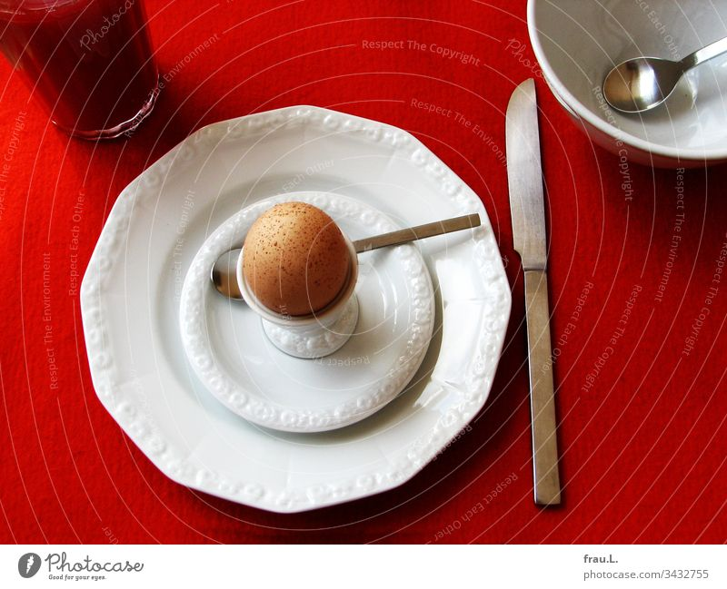 Everybody, the orange juice glass, the Boll, knife, spoon, even the plates actually felt well staged on the felt set, only the egg cup nagged about the freckled egg.
