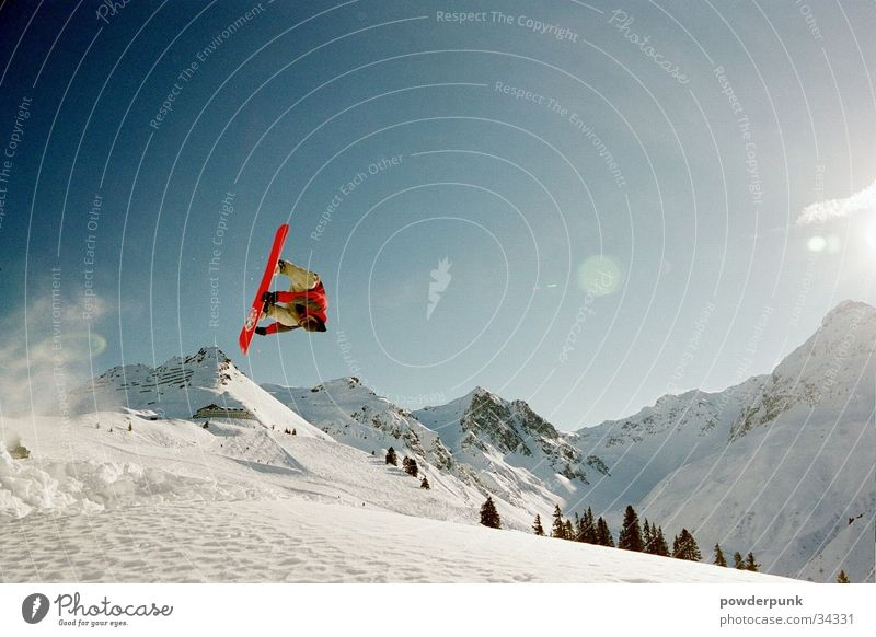 LUCE Snowboard Straight jump Jump Sports Mountain Salto Sunbeam Snowcapped peak Snowscape 1 Exterior shot Colour photo Snowboarder Snowboarding Freestyle Brave