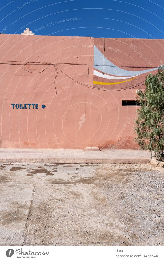 Toilet Directions in Morocco Road marking House (Residential Structure) Facade writing Need Arrow Deserted Clue Orientation Recommendation Navigation Right