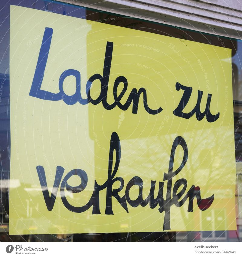 Laden zu verkaufen sign translates as store for sale in german laden zu verkaufen shop window germany economy crisis business closed closure corona coronavirus