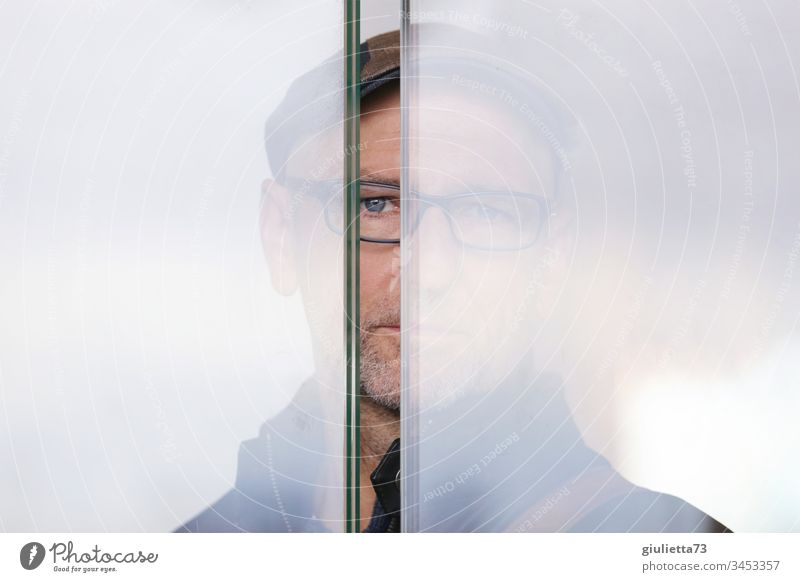 Man standing behind a glass wall watching me through a crack Senior citizen 1 Human being 45 - 60 years 60 years and older Eyeglasses Gray-haired Looking