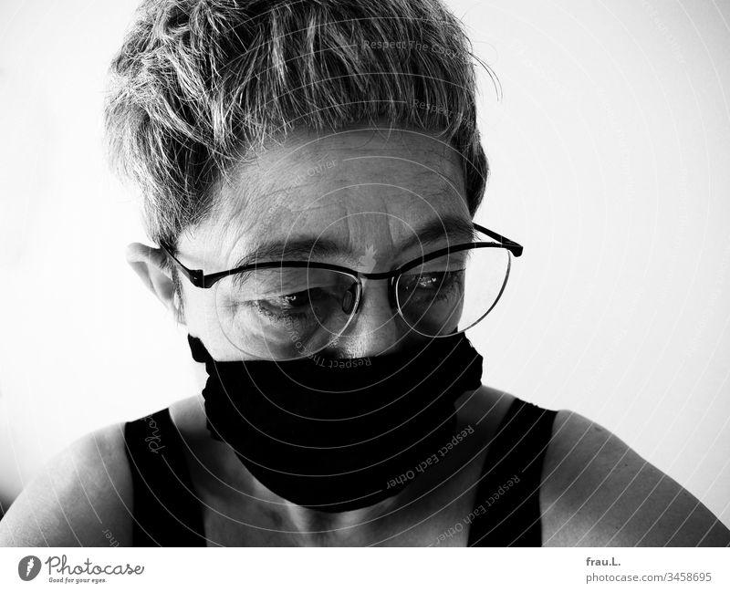 Wirklich Sorgen bereitete ihr, dass ihre Ohren noch mehr abstanden, wenn sie die Atemschutzmaske an ihnen befestigte. Frau Porträt alt Sorgenfalten Falten