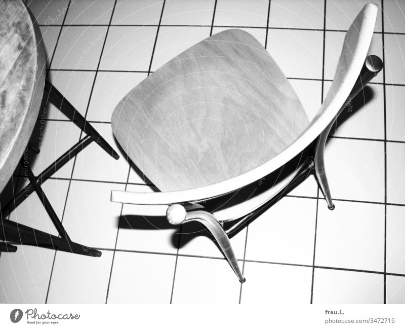 A chair, some table and a floor were flashed at violently. Kitchen Kitchen Table Bird's-eye view Tile kitchen chair Living or residing Interior shot