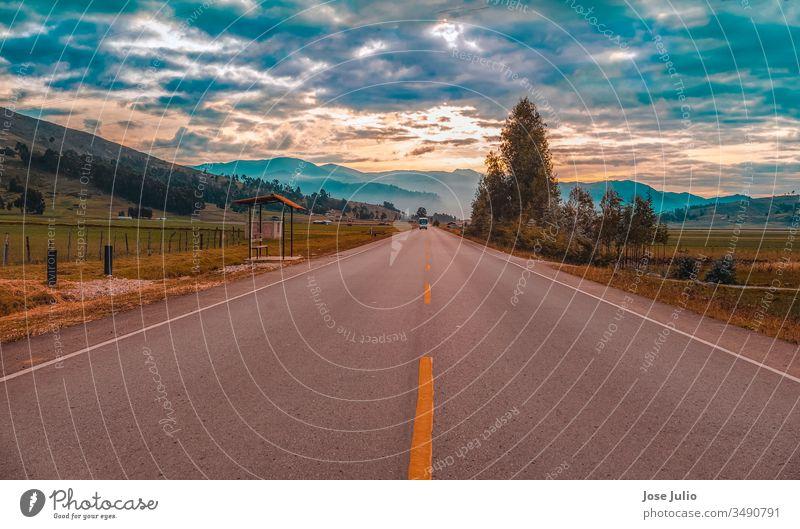 Vista panoramica de la carretera celendin peru pistas cielo azul arboles paisajes campo flora