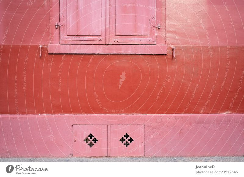 tricolor red Wall (building) Cool (slang) Exterior shot Facade Window built Colour photo Architecture Bleak neat Minimalistic Symetric clear Deserted