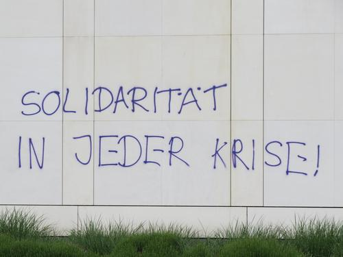 Solidarity in every crisis! Graffiti Society Communicate Politics and state Letters (alphabet) Word leap Typography Capital letter Facade Wall (building)