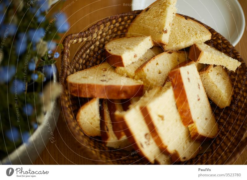 Easter snack with Styrian white bread in a bread basket Bread Milk Bread White bread Bread basket Eating Bread with raisins Raisin Bread Südsteiermark Tradition