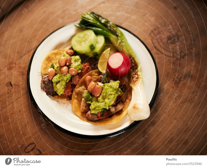 Tacos with guacamole, beans and meat / Mexican food / Streetfood Taccos Mexico Mexican Cuisine mexican food street food Food photograph Eating Snack Fresh