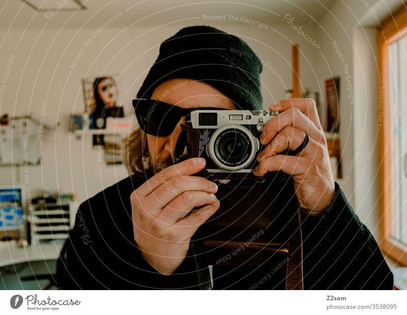 Der Fotograf fotograf kamera cool mütze sonnenbrille selbstportrait selfi zuhause wohnung test mann junger mann hip Colour photo Fashion Hip & trendy
