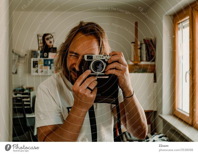 Selfie selfie fotograf fotografie selbstportrait spiegel kamera retro braun sportlich lange haare mann bart zuhause atelier