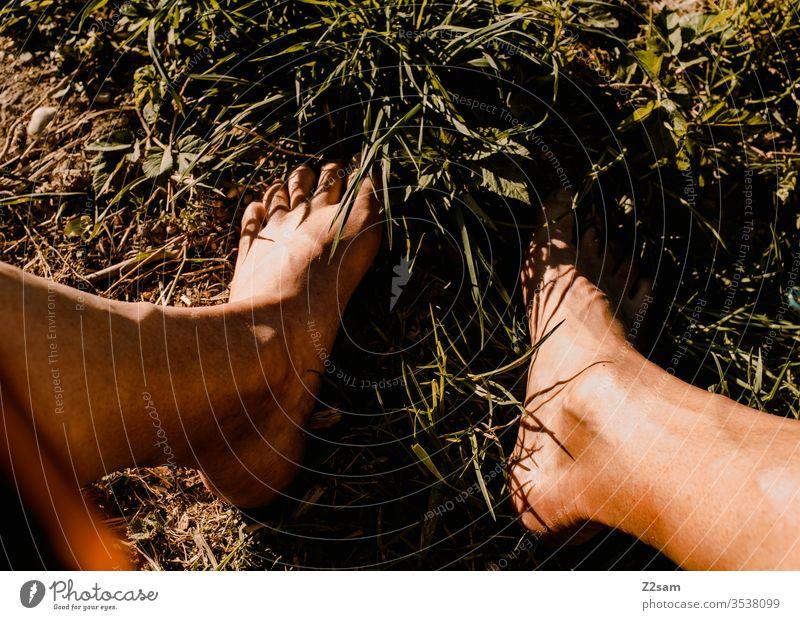 Barfuß in der Wiese naturbursche wiese barfuß füße sommer sonne erholung entspannung sonnen urlaub ferien farbfoto beine braun rasen Colour photo