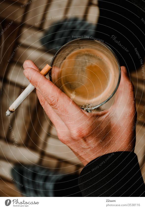 coffee break pause draußen balkon zuhause homeoffice kaffee trinken kippe zigarette rauchen hand mann ungesund frühstück sucht genuss angewohnheit männlich
