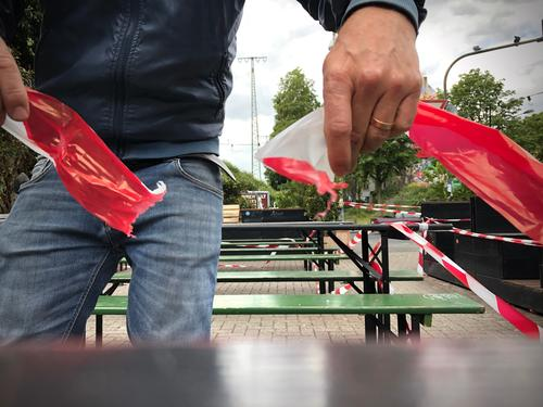 A man tears up a barrier tape in a beer garden Gastronomy Beer garden Coronary giant corona open Undo Bear Roadhouse Restaurant reopening Economy Pub-owner