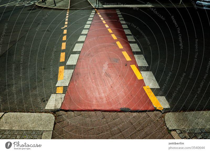 Cycle path and pavement Lane markings Doubt Asphalt Corner Decide cleavage Clue edge Curve alternative Line Left navi Navigation Orientation Arrow Right