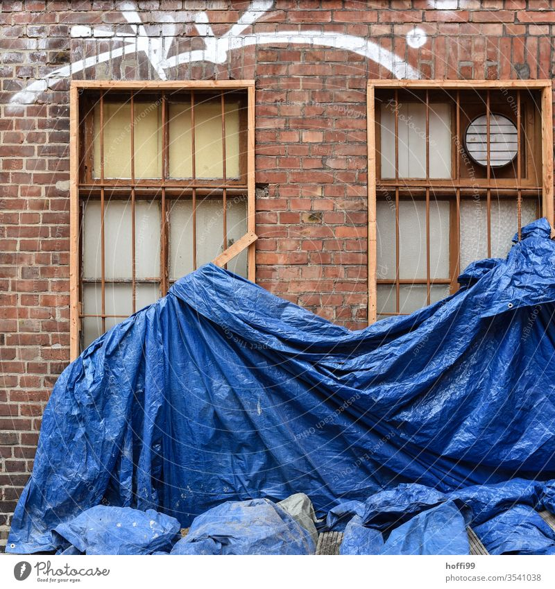Blue building plans on renovation case Tarp tarpaulin Redevelop in need of rehabilitation Construction site Covers (Construction) Scaffold Scaffolding