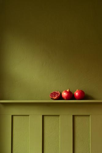 complimentary contrast green pomegranate dwell Flat (apartment) Interior shot Interior design Colour Colour combination Contrast Red Pomegranate fruit Nutrition
