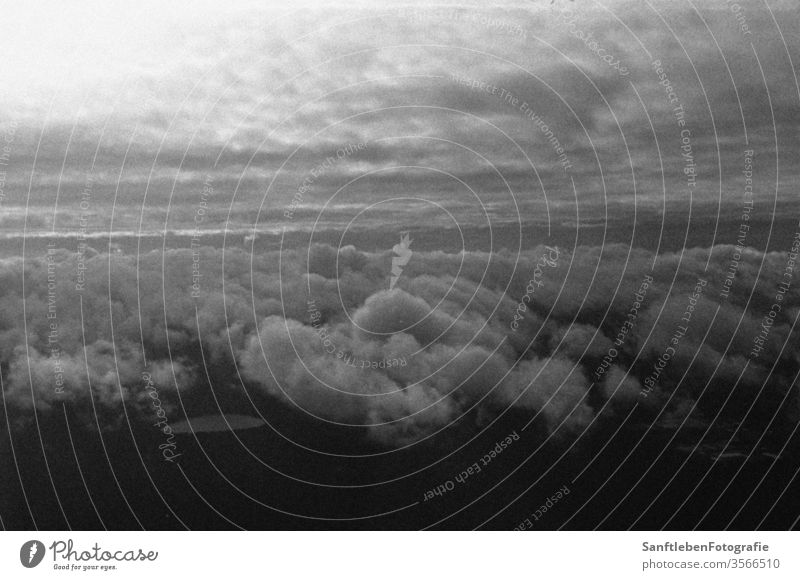 Himmel aus dem Flugzeug Sky Clouds Black & white photo Analog Contrast cloudy mirroring Flying