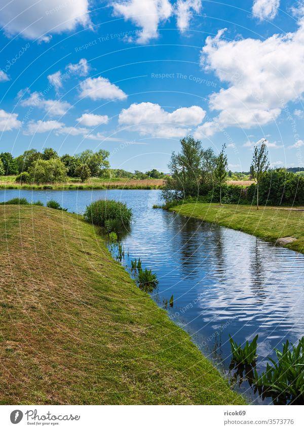 Landschaft am Fluss Warnow in der Hansestadt Rostock Kanal Petriviertel Baum Gebüsch Stadt Mecklenburg-Vorpommern Haargraben Tourismus Idylle Himmel Wolken blau