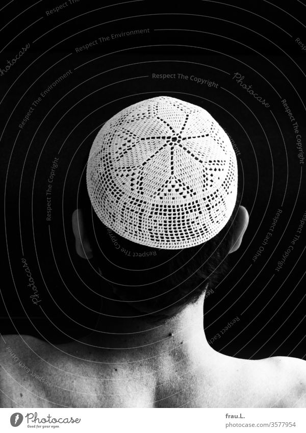 He found the crocheted cap very beautiful, also because it reminded him of wonderful days and people in Egypt. Fillet crochet Man Head Back of the head