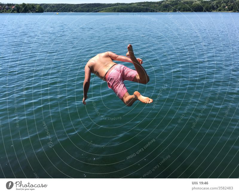 Jump into cold water (No.2) jump Lake Water upside down unrestrained Brave courageous Gooseflesh ass bomb Dive