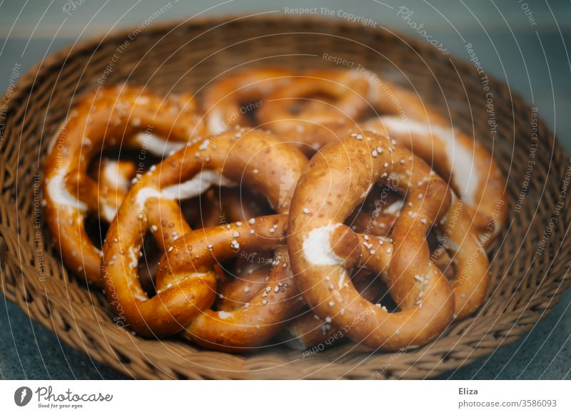 Delicious pretzels in a basket at the bakery biscuits Baker Bavarian Soft pretzel Picnic Baking Dough Baked goods Bakery Carbohydrates Food Fresh