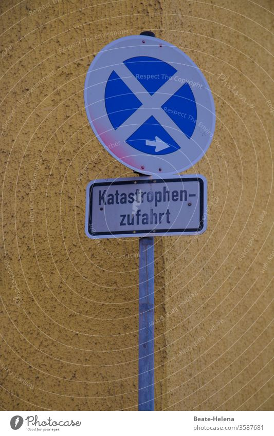 Currently frequently used route: traffic sign Katastophenzufahrt Road sign Signs and labeling Exterior shot Transport Road traffic Traffic infrastructure