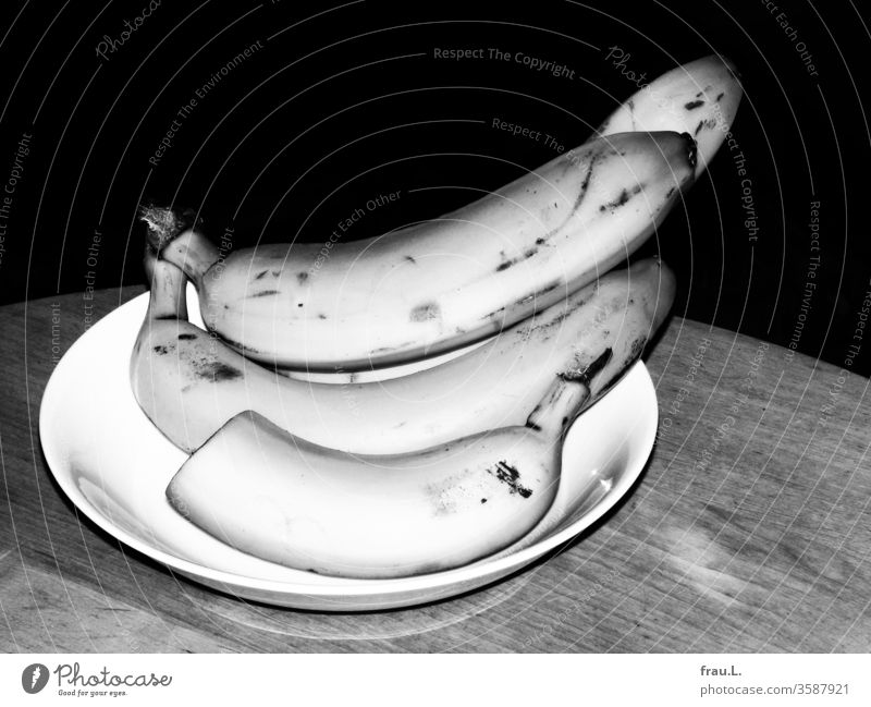 At night, all bananas, even those in white fruit peels, are grey. Banana Nutrition Food Table Vegetarian diet Healthy Eating