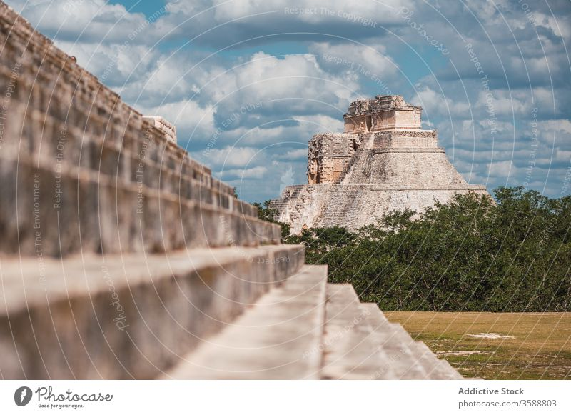 Ancient pyramid temple in lush green foliage chichen itza mexico ancient el castillo history sacred majestic civilization travel stone step kukulcan sightseeing