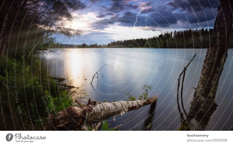 Sonnenuntergang an einem See mit gleichzeitig aufziehendem Gewitter und Blitzen. Landschaft Gewässer Himmel dramatisch Wolken gewitter wetter blitze unwetter
