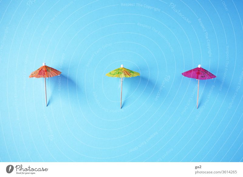 3 parasols at a distance Summer vacation Sunshade Ice cream paper shades gap keep sb./sth. apart Distance rule corona Orange Yellow pink Risk of infection