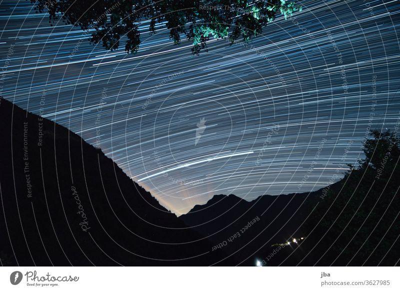 Langzeitbelichtung vom Sternenhimmel im Vergeletto-Tal, Tessin, Schweiz, Juni 2020. Long exposure Lichtmalerei Nacht Kontrast Wald Ast Baum Drehung Bewegung