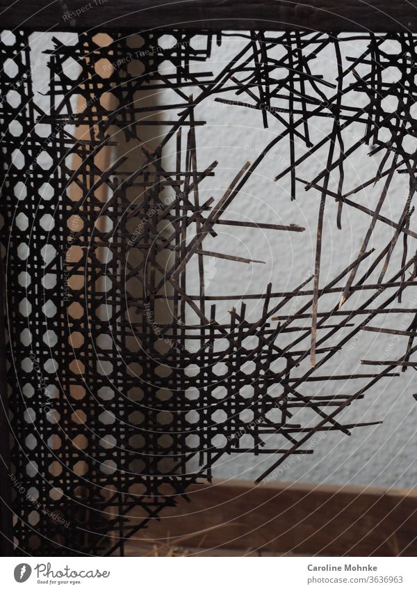 Stuhl in Reparatur in einer Werkstatt Restaurator Geflecht Innenaufnahme Kreativ Atelier defekt alt retro Tag Arbeit arbeiten Künstler Farbfoto Holz
