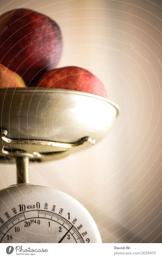 Apples lie in a bowl on a scale and are weighed Man Scale Weight determine read Reading figures kg Pound Display precise Accuracy fruit apples Preparation