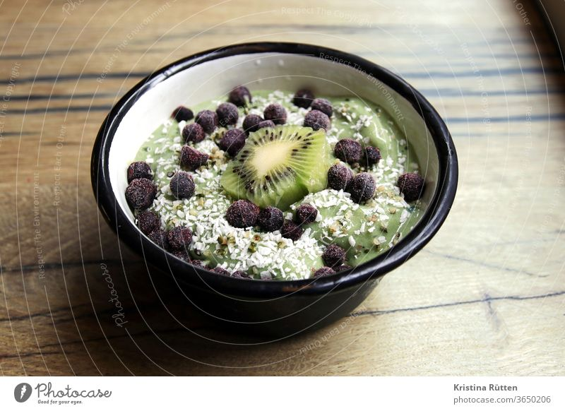 matcha bowl Matcha scatterbrained shell Kiwifruit Blueberry blueberries Berries fruits Banana Protein Yoghurt kokos shred coconut smoothie Fresh green
