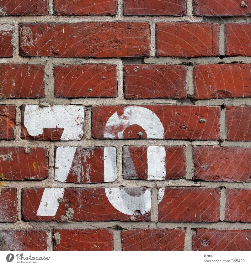 Jagger Wall (barrier) Wall (building) Facade Seam Mortar Brick Brick wall House number 7 0 70 Digits and numbers Typography Old Sharp-edged Trashy Dry Town
