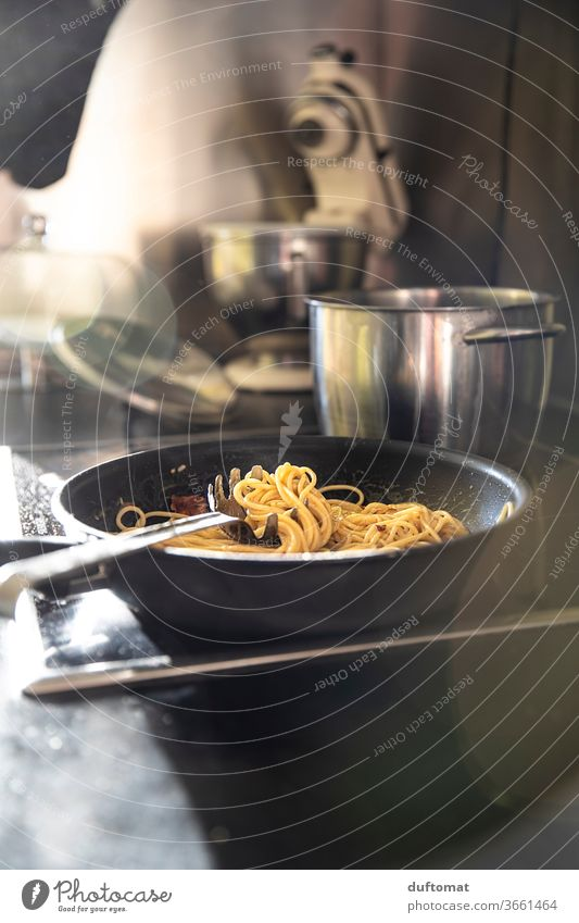 spaghetti carbonara in a pan, cooking, kitchen, delicious Spaghetti carbon macaw Italian Noodles boil cake Pan pan-fried dish Pasta dish Italian Food