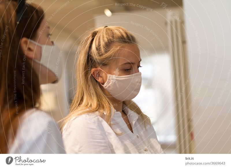 Nurses, in masks, in surgery... Young women Sisters Brothers and sisters people Feminine feminine Face mask Mask Mask obligation coronavirus Corona virus