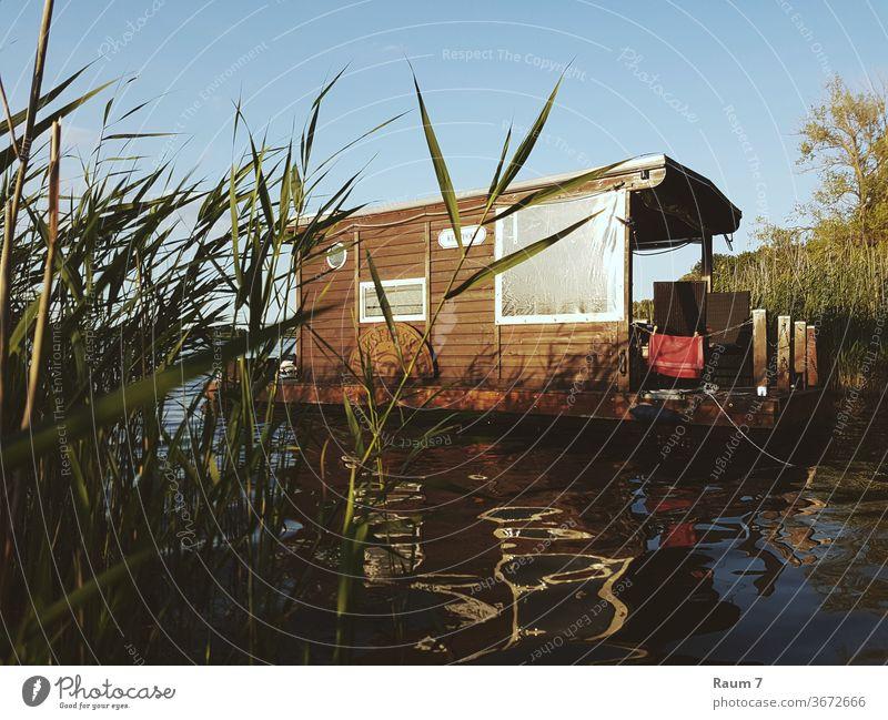 Hausboot Abenteuer Urlaub See Natur Wasser Freiheit Ferien Houseboat floss Landschaft Deutschland tiny house Frei sein Sommer Hausfloss Brandenburg