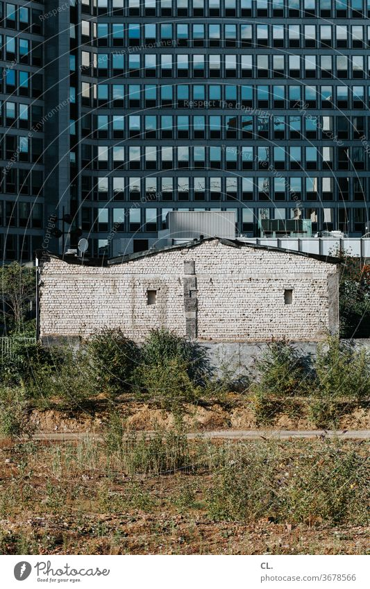 contrasts - old and new Architecture antagonism Old New Fallow land High-rise built Wall (building) Facade Wall (barrier) Town House (Residential Structure)