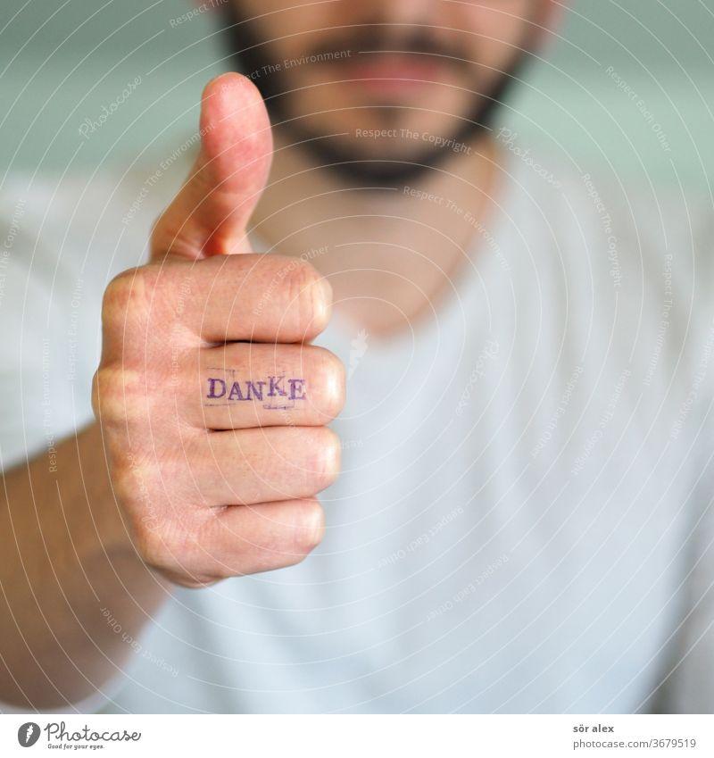Mann mit Bart zeigt Daume hoch und hat DANKE auf dem Finger geschrieben. Danke dank Dankbarkeit zufrieden Daumenhoch Glücklich motivation motivieren