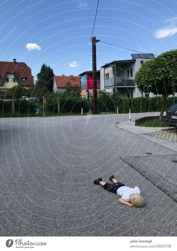 700 | Escape sleep Sleep Street Road traffic Accident Risk of accident Accidental death accident victim Toddler peril Fatigue Asphalt lie around Bum around