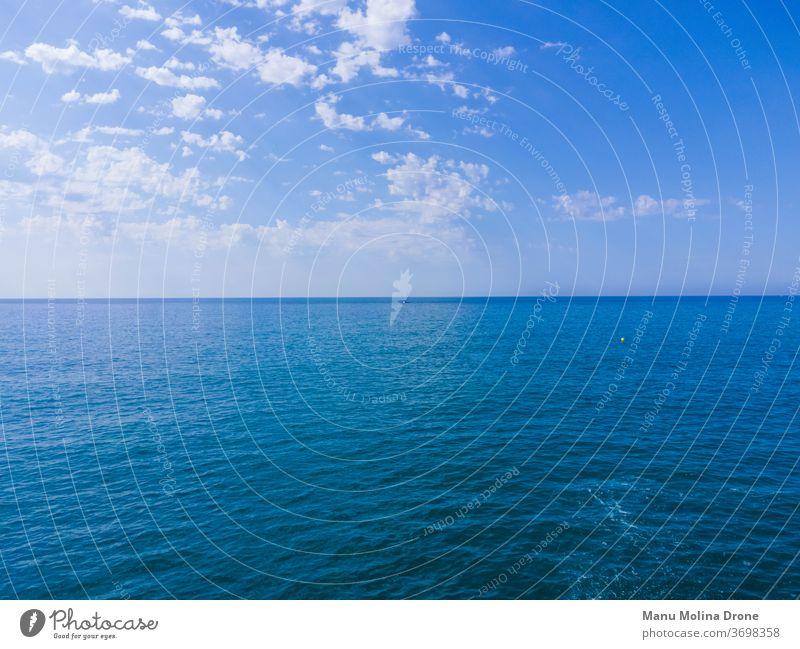 Mar en calma en la costa de Barcelona mar mediterraneo barcelona azul cielo nubes tranquilidad fondo fonde de pantalla españa vacaciones horizonte perspectiva