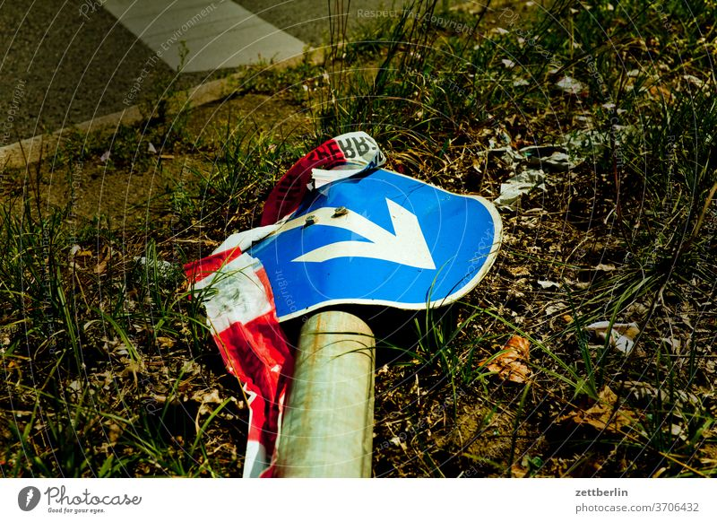 Traffic sign with arrow (1) Turn off Asphalt Highway Corner Lane markings Bicycle Cycle path Clue edge Curve Line Left navi Navigation Orientation Arrow Wheel
