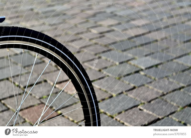 Very bicycle-friendly is the new pavement of natural stones on the Old Market, where the cutout of a front wheel on the stones confirms the harmonious interaction