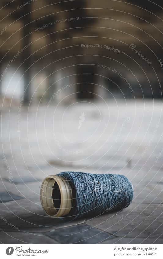 Spindle on the ground Sewing Tailoring yarn fuzzy Coil Handcrafts Craft (trade) Sewing thread Fashion Cloth Leisure and hobbies Close-up needle Dry goods