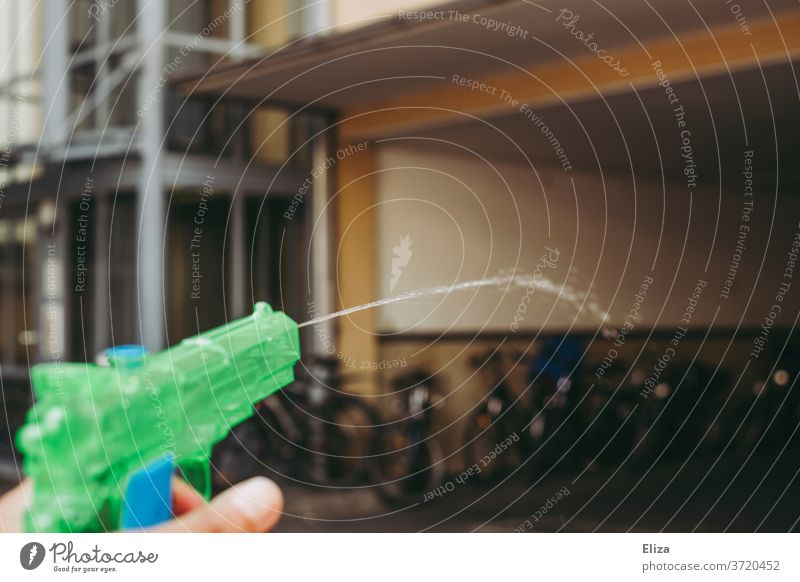 A water pistol that splashes water drove (crazy!) Water pistol water battle Inject Handgun Toys cooling Playing Wet Drops of water Refreshment Summer fun