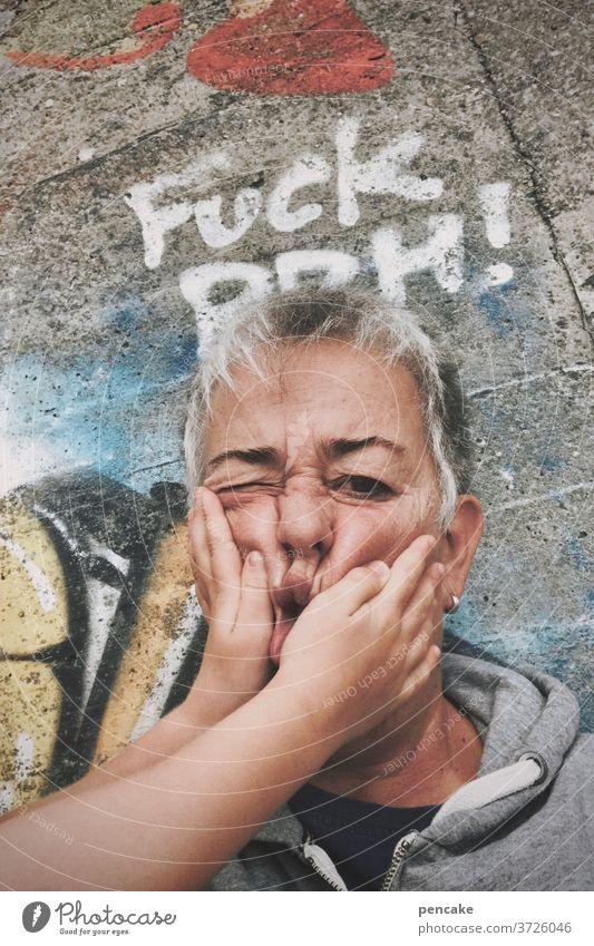 kinderhände Gesicht Senior Frau alt Hände Kinderhände Graffity quetschen Grimasse
