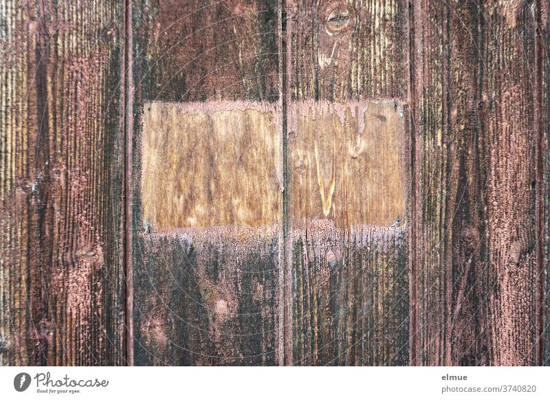 The missing sign on the reddish-brown wooden gate is told by the missing paintings at this point Wooden gate Paintwork Lack wooden slats Goal Auburn Empty