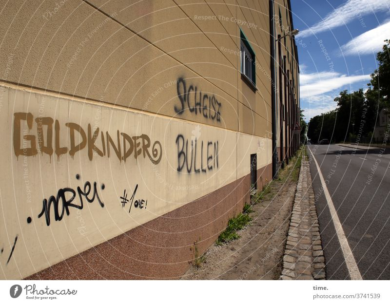 contrast program Wall (barrier) graffiti Sky Wall (building) Paving stone tree Architecture off Curbside Power struggle Whimsical Might resistance Rebellious